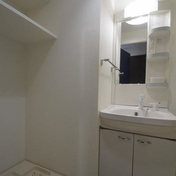 収納たっぷり洗面台です。(※写真は6階の間取り反転のお部屋です)