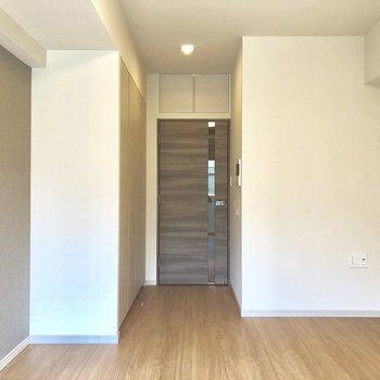 アクセントクロスがすてき。※写真は2階の同間取り別部屋です。