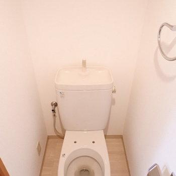 トイレは完全に別。※便座の蓋は現在取替中になります。
