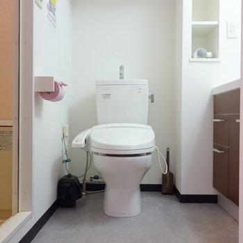 脱衣所にトイレです。ウォシュレットつき。