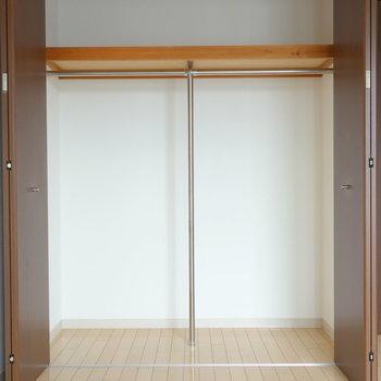 パイプと棚のある収納です。 ※別部屋の同タイプの写真です