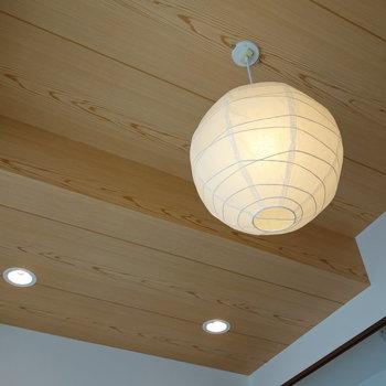 天井と照明まで和の感じ!