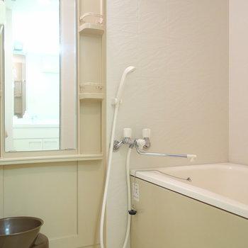 鏡の横にはシャンプー台なども置けますね。