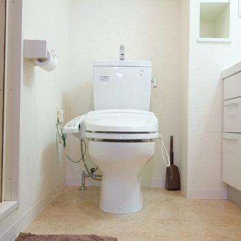 脱衣所にトイレです。ウォシュレット付ですよ。