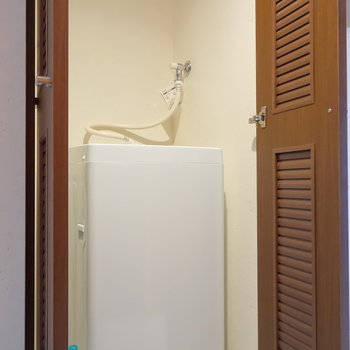 そのお隣に洗濯機置場あります。普段は隠せます。