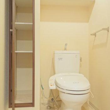 トイレは個室。収納もたくさんありますね。