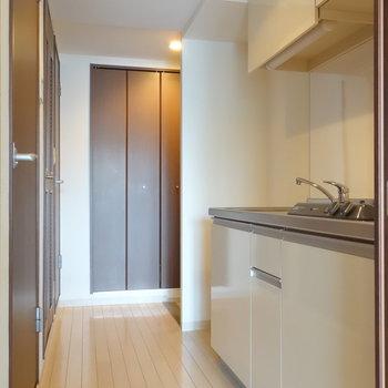 お部屋からキッチンを。冷蔵庫も置けますよ。