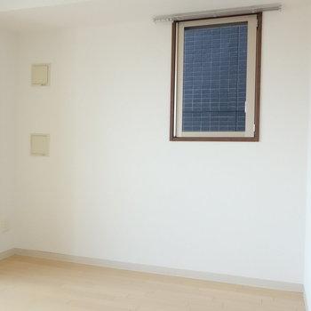 角部屋の利点2面採光。小窓がうれしい。