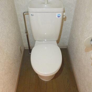 トイレはこんな感じ。至って普通かな。(※写真は反転間取りの3階のお部屋、清掃前のものです)