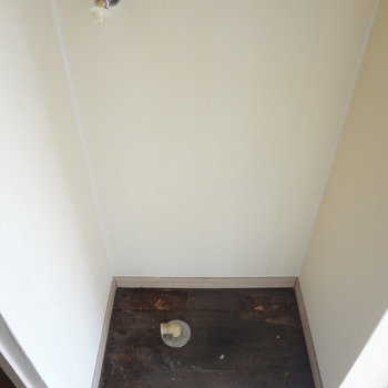 洗濯機置場は玄関に。洗濯パンはありません。(※写真は反転間取りの3階のお部屋、清掃前のものです)