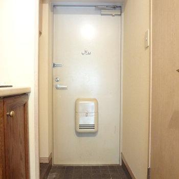 玄関はこちら。小さい靴箱がありました。(※写真は反転間取りの3階のお部屋、清掃前のものです)