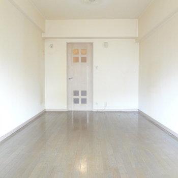 柔らかい雰囲気のお部屋です。(※写真は反転間取りの3階のお部屋、清掃前のものです)