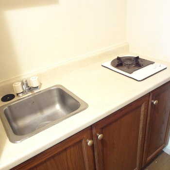 キッチンはコンパクトサイズ。あまり料理をしない人のほうがオススメかな。(※写真は反転間取りの3階のお部屋、清掃前のものです)