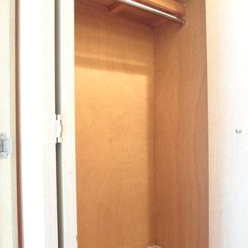 クローゼットもありますよ。一人分の荷物なら十分収納できる大きさ。(※写真は反転間取りの3階のお部屋、清掃前のものです)