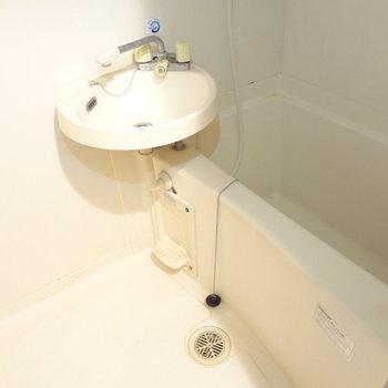 お風呂と洗面台は一緒のスペースに。朝の準備は少し不便かも。(※写真は反転間取りの3階のお部屋、清掃前のものです)