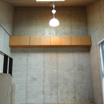 2階へ。天井が高く、片流れの天井