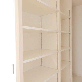逆側は棚、収納力ばっちり。 ※写真は同間取り別部屋