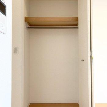 収納もありますよ。1人分なら十分そうな容量。 (※写真は11階の同間取り別部屋のものです)