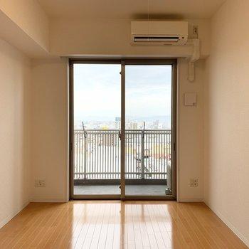 居室部分はシンプルな洋室。窓が大きい! (※写真は11階の同間取り別部屋のものです)