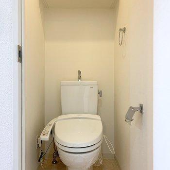 トイレも清潔感ある空間。ウォシュレット付です。 (※写真は11階の同間取り別部屋のものです)