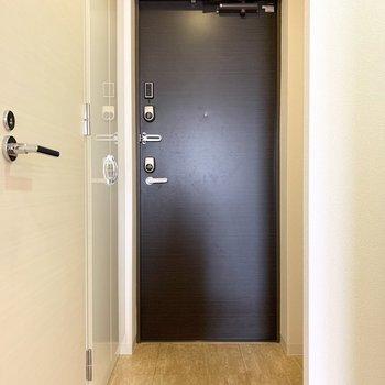 さて、室内の最後は玄関を。 (※写真は11階の同間取り別部屋のものです)