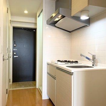 キッチンは廊下に。 (※写真は11階の同間取り別部屋のものです)