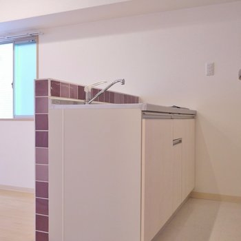 こちらが我が家の自慢のキッチンスペース。※写真は同タイプの別室です。