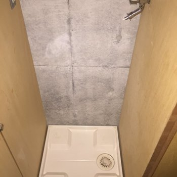 玄関近くの洗濯機置場は、扉で隠せます。※3階別部屋同間取りの写真です。