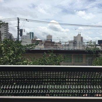 眺望は、緑が見えて良さげです。※3階別部屋同間取りの写真です。