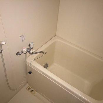 お風呂の鏡は小さめサイズ!(※撮影にはフラッシュを使用しています)※3階別部屋同間取りの写真です。