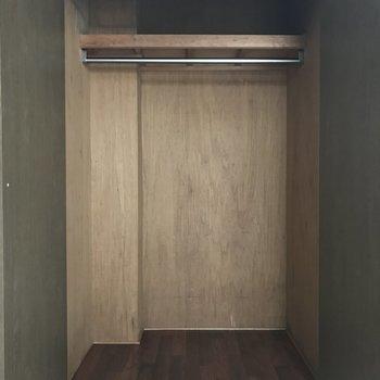 クローゼットは大きめなのが助かりますね♪ 上部の棚には小物も置けそう。