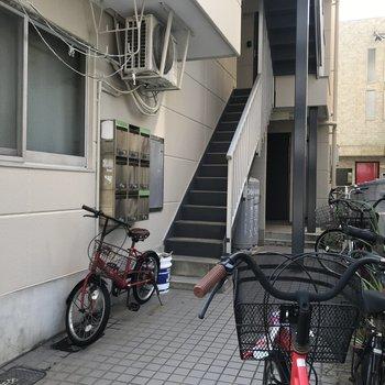エントランス前には自転車が置けます。鍵はしっかりかけましょう!!