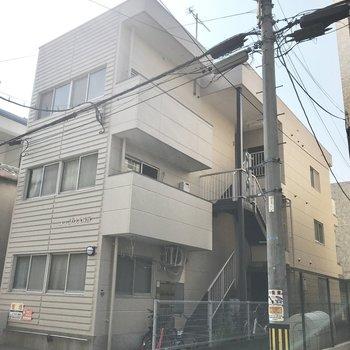 3階建てのちょっとレトロめなマンションです。