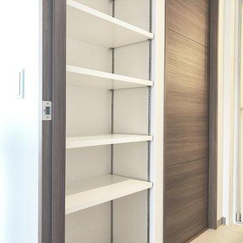 サニタリースペースにはたっぷりの棚付き収納も。タオルや洗剤類などしっかり集約できます。