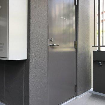 玄関横にはトランクルームも完備されていました。キャンプ用品などのアウトドアグッズを置くのに良さそうです。