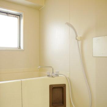 窓からの光が明るい浴室