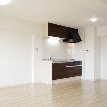 キッチンは壁に面しているのでリビングが広く使えます