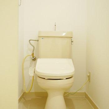 シンプルな手洗い付トイレ