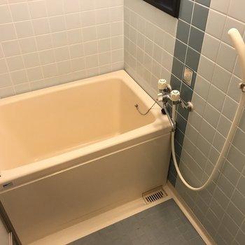 お風呂はコンパクト。こちらもブルーを基調として爽やかに!窓付きです。(※写真は清掃前のものです)