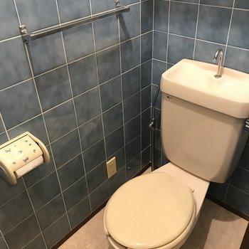 トイレはブルーのタイル!上部にはしっかりと収納スペースがあります!(※写真は清掃前のものです)