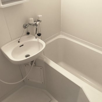 洗面と浴室は同一に。お掃除が楽ちんなのがメリットですね。