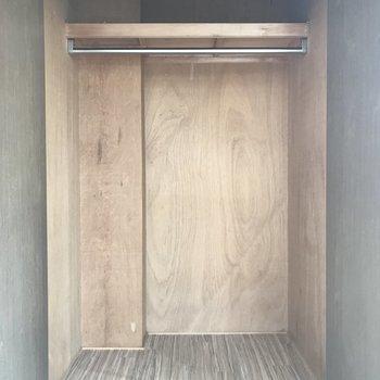 クローゼットは大きめでしっかり入りそう。上部の棚には小物類も置けそうですね。