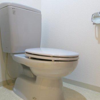 青いトイレ※写真は同間取り別部屋のものです。
