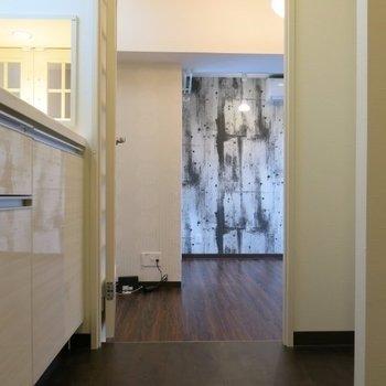 居室へと…※写真は同間取り別部屋のものです。