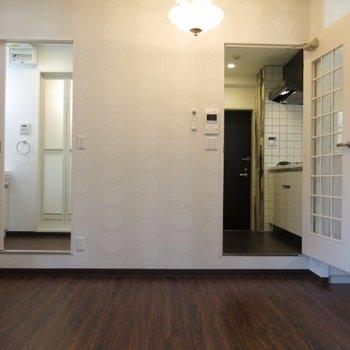 左の扉からは水回り、右の扉は玄関へ※写真は同間取り別部屋のものです。