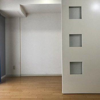 扉には3つの窓が