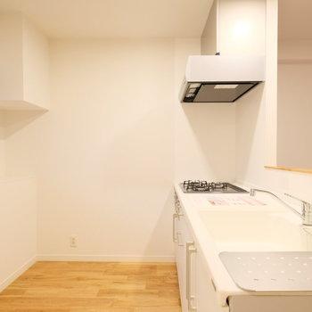 キッチン裏のスペースも広々!冷蔵庫を置いても狭くなりません!そして共用廊下に面した窓は出窓なのです!