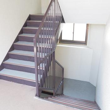 エレベーターはないので階段で。