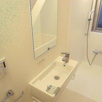 洗面台が細い。※一部反転同間取り別部屋の写真です