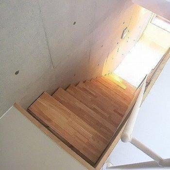 階段はこんな感じ。※一部反転同間取り別部屋の写真です